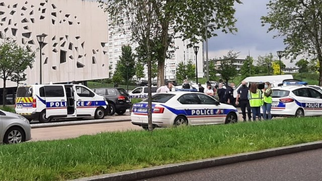 Les forces de l'ordre et les pompiers sont restés sur les lieux du drame dans le quartier de Borny à Metz, pendant plusieurs heures.