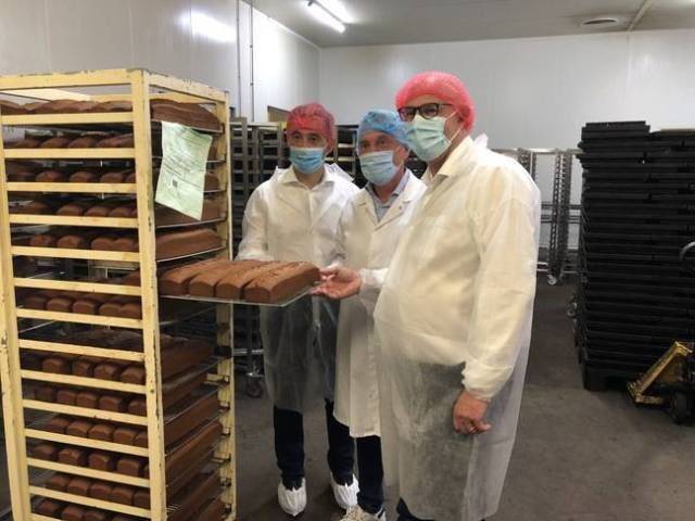Gérald Darmanin et Laurent Pietraszewski dans l'usine France cake tradition, à Tourcoing, le 18 juin 2021.