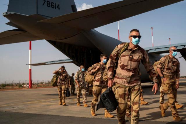 Des soldats de l'opération «Barkhane», en provenance de Gao (Mali), arrivent à Niamey, le 9 juin 2021, avant de repartir en France.