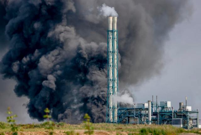 Nuage de fumée, après une explosion sur un site d'entreprises chimiques à Leverkusen (Allemagne), le 27juillet2021.