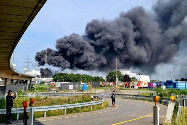 Un épais nuage de fumée au-dessus d'entreprises chimiques, à Leverkusen (Allemagne), après une explosion non expliquée, le 27juillet 2021.