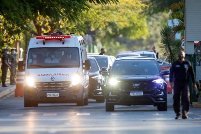 Un convoi présidentiel avec une ambulance transportant le président brésilien Jair Bolsonaro quitte l'hôpital des forces armées, à Brasilia, au Brésil, le 14 juillet 2021.
