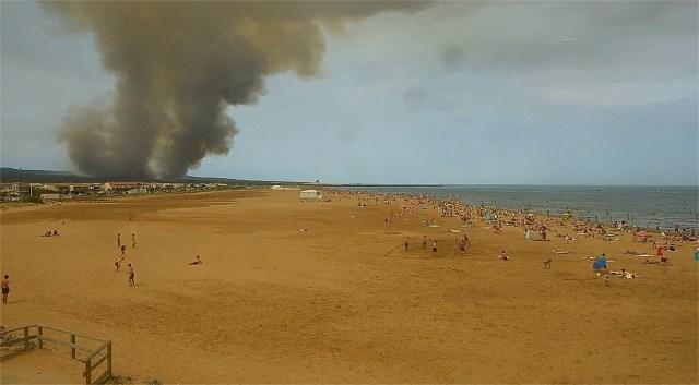 La fumée est visible depuis la plage de Gruissan.