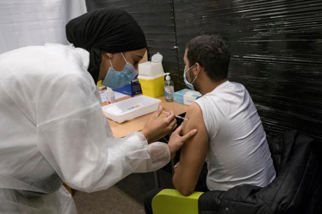 Un patient se fait injecter une dose de vaccin Pfizer-BioNTech au centre de vaccination de Versailles, le 13 juillet 2021.