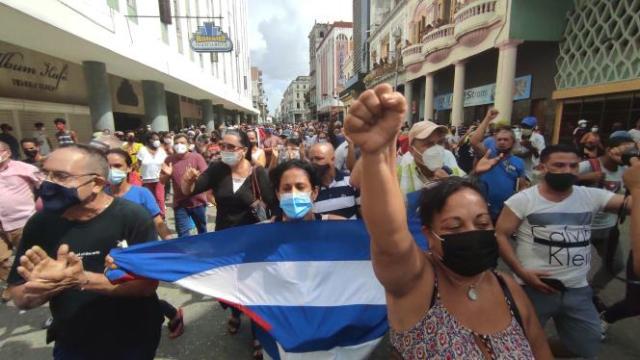 Des manifestants défilent pour protester contre le gouvernement, dans les rues de San Antonio de los Baños, à Cuba, le 11 juillet 2021.