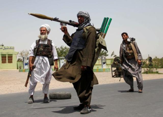 D'anciens moudjahidines ont pris les armes pour soutenir les forces afghanes contre les talibans, dans la province d'Herat, le 10 juillet 2021.