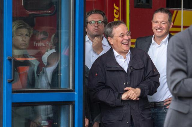 Le chef du parti conservateur allemand, Armin Laschet, samedi 17 juillet lors d'un déplacement à Erftstadt, en Rhénanie-du-Nord-Westphalie.