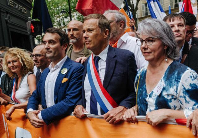 En tête de la manifestation contre le passe sanitaire, à Paris, le 17 juillet 2021, de gauche à droite: Francis Lalanne, Martine Wonner, Fabrice Di Vizio, Florian Philippot, Nicolas Dupont-Aignan et Jacline Mouraud.