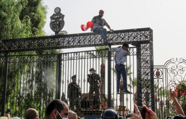L'entrée du parlement tunisien bloqué par les manifestants le 26 juillet 2021 à Tinis.