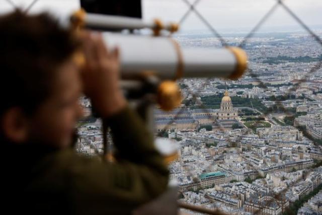 En haut de la Tour Eiffel, le 16 juillet 2021.