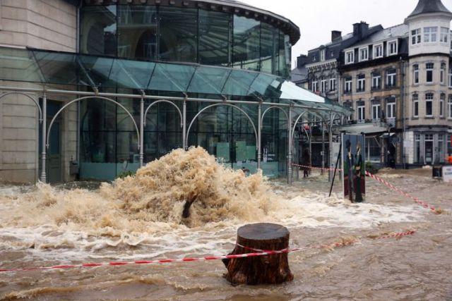 Une rue de Spa, en Belgique, est inondée, le 14 juillet, après de fortes pluies. (FRANCOIS WALSCHAERTS / AFP)