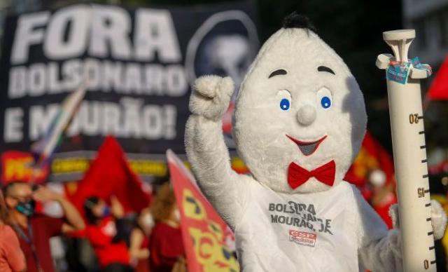 Un homme est déguisé en vaccin brésilien, lors d'une manifestation contre le président Jair Bolsonaro, à Sao Paulo (Brésil), le 3 juillet 2021.