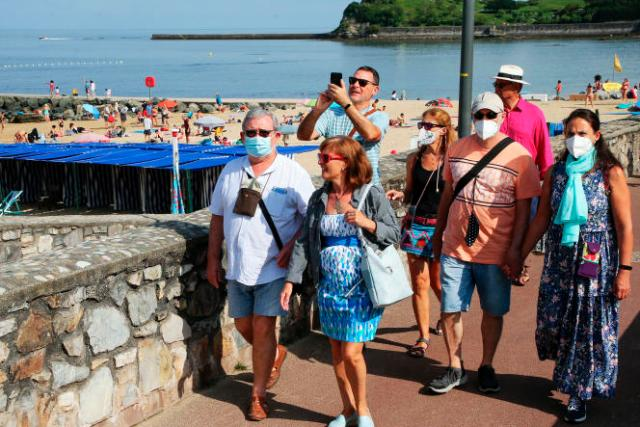 Sur la promenade de bord de mer à Saint-Jean-de-Luz (Pyrénées-Atlantiques), le 27 juillet 2021.