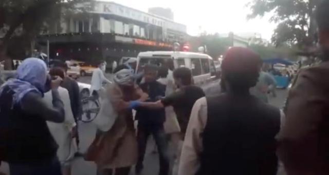 Des blessés de l'explosion arrivent à un hôpital de Kaboul, jeudi 26 août 2021.