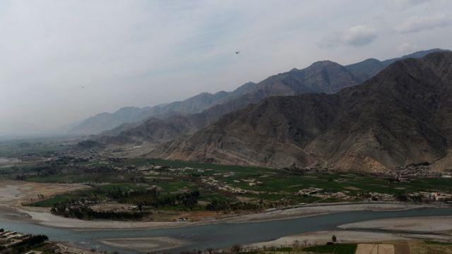 Un hélicoptère américain survole un poste afghan dans la province de Kounar, en février 2014, près de la frontière avec le Pakistan. (SHAH MARAI / AFP)