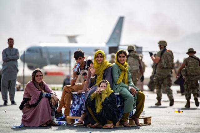 Des enfants attendent d'être évacués, à l'aéroport de Kaboul, le 19 août 2021.