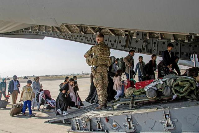 Des citoyens britanniques ou à la double nationalité habitant en Afghanistan montent à bord d'un avion militaire le 16 août 2021 à Kaboul.