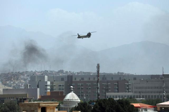 Un hélicoptère de l'armée américaine au dessus de Kaboul, en Afghanistan, dimanche 15 août 2021.
