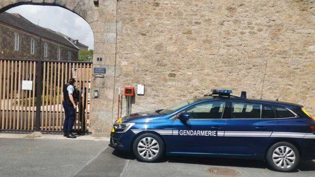 Un gendarme patrouille aux abords de l'entrée de la communauté des frères missionnaires Montfortain, à Saint-Laurent-sur-Sèvre (Vendée), le 9 août 2021. (MAINA SICARD-CRAS / FRANCE 3)