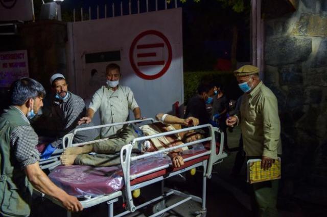 Un homme blessé sur une civière, à Kaboul, le 26août2021.