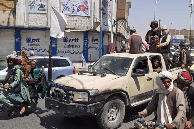 Des combattants talibans au volant d'un véhicule de l'armée nationale afghane, à Kandahar (Afghanistan), le 13 août 2021.