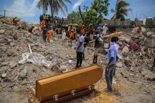 Une équipe de secours découvre un corps dans les ruines d'une maison quelques jours après un séisme de magnitude 7,2, mercredi 18 août 2021 dans la ville des Cayes, en Haïti.