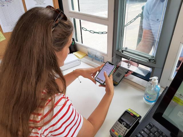 Les usagers de la plage de L'Isle-Adam doivent désormais se plier à l'exercice du scan du Qr code de leur pass sanitaire.
