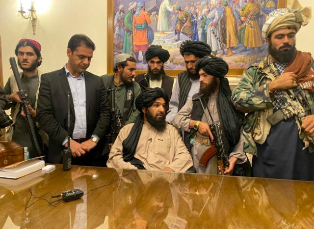 Des combattants talibans prennent le contrôle du palais présidentiel après la fuite du président afghan, Ashraf Ghani, à Kaboul, le 15 août 2021.