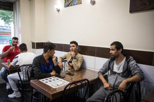 Dans la salle du restaurant Afghan Best Food, où les clients peuvent manger des plats traditionnels afghans, à Paris, mercredi 18 août 2021.