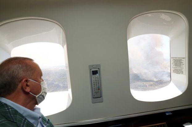 Le président Recep Tayyip Erdogan qui survole les incendies en Turquie samedi. Reuters