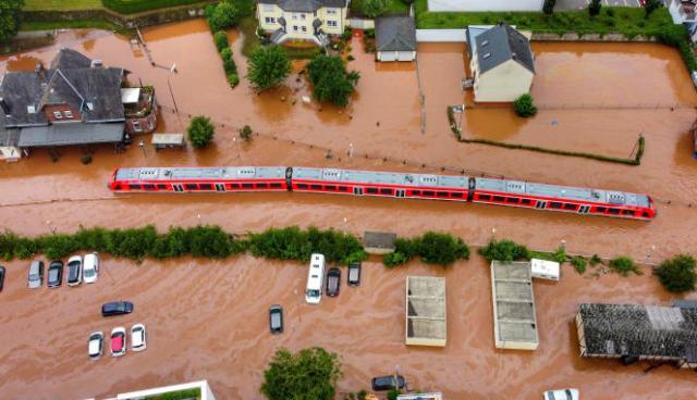 Un train noyé sous les eaux, à Kordel, en Allemagne, le 15 juillet 2021. Les pluies ont fait 200morts en Allemagne et en Belgique et 30milliards d'euros de dégâts.
