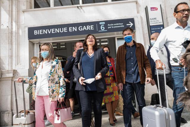 La maire de Paris, Anne Hidalgo (au centre), accompagnée du premier secrétaire du PS Olivier Faure, à Blois, le 27 août.
