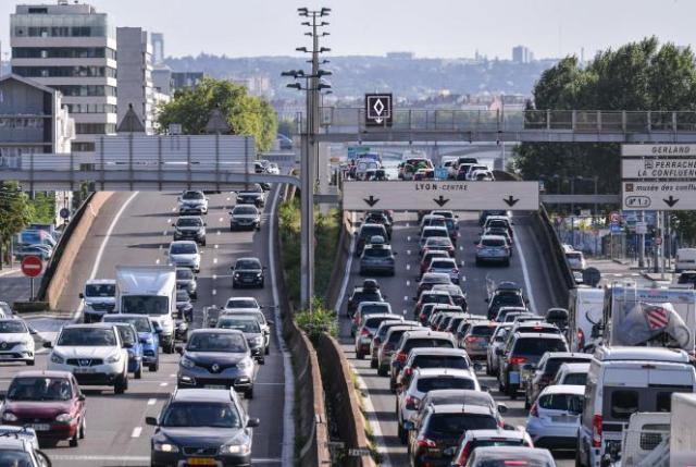 Trafic dense sur l'autoroute A7 près de Lyon, le 31 juillet 2021, pour le grand week-end des vacances d'été en France.