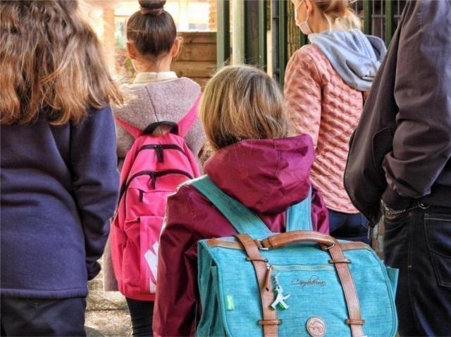 Six syndicats de professeurs demandent plus de moyens au ministre Blanquer pour faire respecter le nouveau protocole sanitaire dans les écoles.
