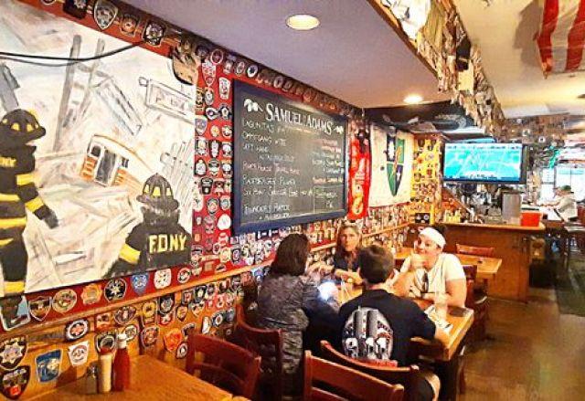 La salle du O'Hara's. Aux murs, des badges et insignes des pompiers, policiers et sauveteurs du 11-Septembre. (BENJAMIN ILLY / RADIO FRANCE)