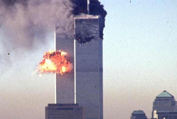 Dix-sept minutes après le crash d'un Boeing 767 sur la Tour Nord du World Trade Center, un deuxième avion s'écrase cette fois-ci sur la Tour Sud.