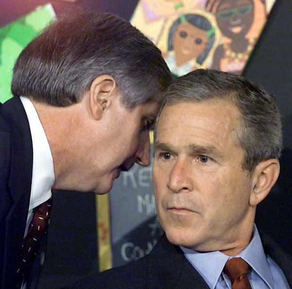 George Bush interrompu par son chef de cabinet Andrew Card lui informant du crash des deux avions sur les tours jumelles du World Trade Center, le 11 septembre 2011 en Floride.