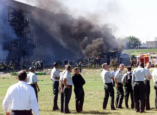 Des employés du Pentagone, le quartier général de la Défense, peu de temps après le crash d'un avion de ligne sur le bâtiment fédéral américain le 11 septembre 2001.