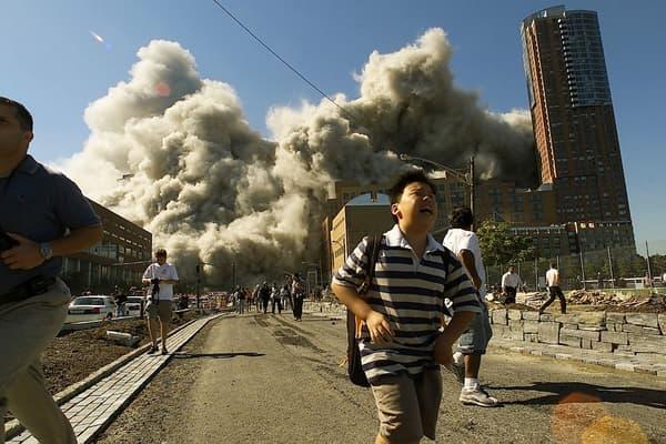 Des milliers de personnes fuient Manhattan après l'effondrement de la deuxième tour le 11 septembre 2001