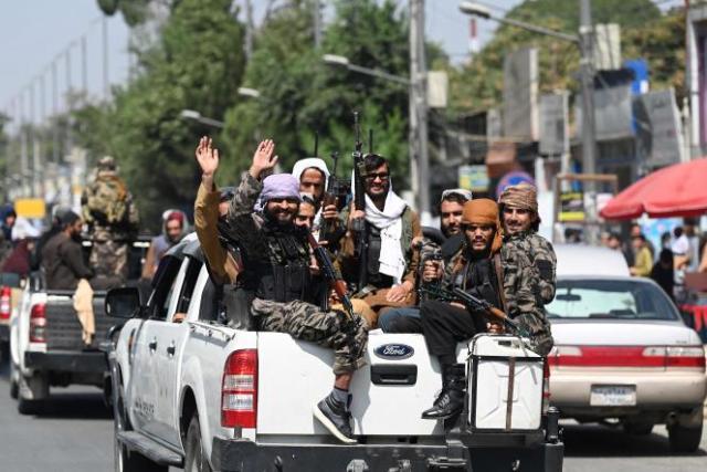 Des talibans patrouillent dans une rue de Kaboul, le 2 septembre 2021.