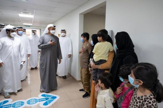 Le prince d'Abou Dhabi, Mohammed Ben Zayed, rend visite aux familles évacuées d'Afghanistan, le 1er septembre 2021.