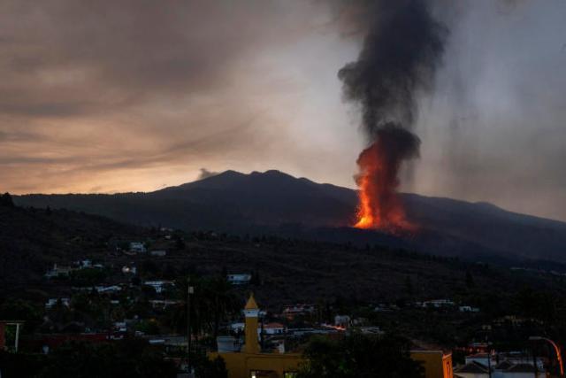 La lave a détruit jusqu'ici 420 bâtiments et recouvert 190 hectares sur l'île dont la principale activité économique est la culture de bananes.