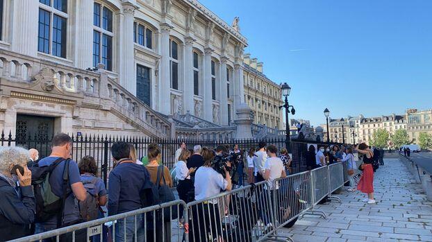 Devant le Palais de justice de Paris, ici la queue de journalistes au niveau de l'entrée presse.