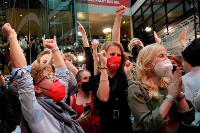 Des partisans du SPD saluent la victoire de leur parti aux élections législatives, à Berlin, le 26 septembre 2021.
