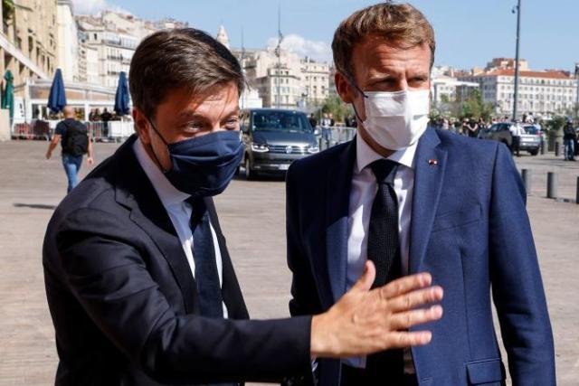 Le président Emmanuel Macron (à droite), accueilli par le maire de Marseille, Benoît Payan (à gauche), le 1erseptembre2021.