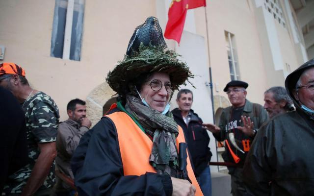 Si le gilet orange – dont se servent les chasseurs lors de battues – est très répandu dans les rues montoises aujourd'hui, certains y mettent aussi leur touche personnelle.