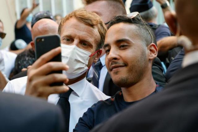 Emmanuel Macron pose pour un «selfie» avec un habitant du quartier de Bassens, dans le nord de Marseille, le 1er septembre 2021.