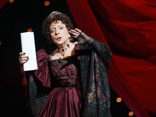 La comédienne Marthe Mercadier le 1er avril 2002 au théâtre Mogador à Paris, lors de la 16e cérémonie des Molières.