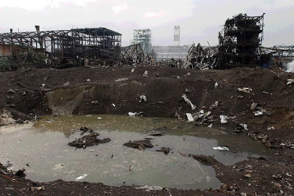 Après l'explosion du hangar 221, un cratère profond de plusieurs mètres.