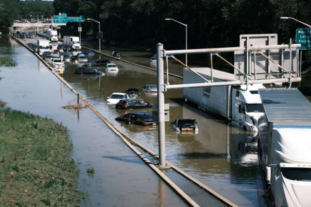 Des voitures sont abandonnées sur la voie rapide, inondée, dans le Bronx, le 2septembre2021, à New York.